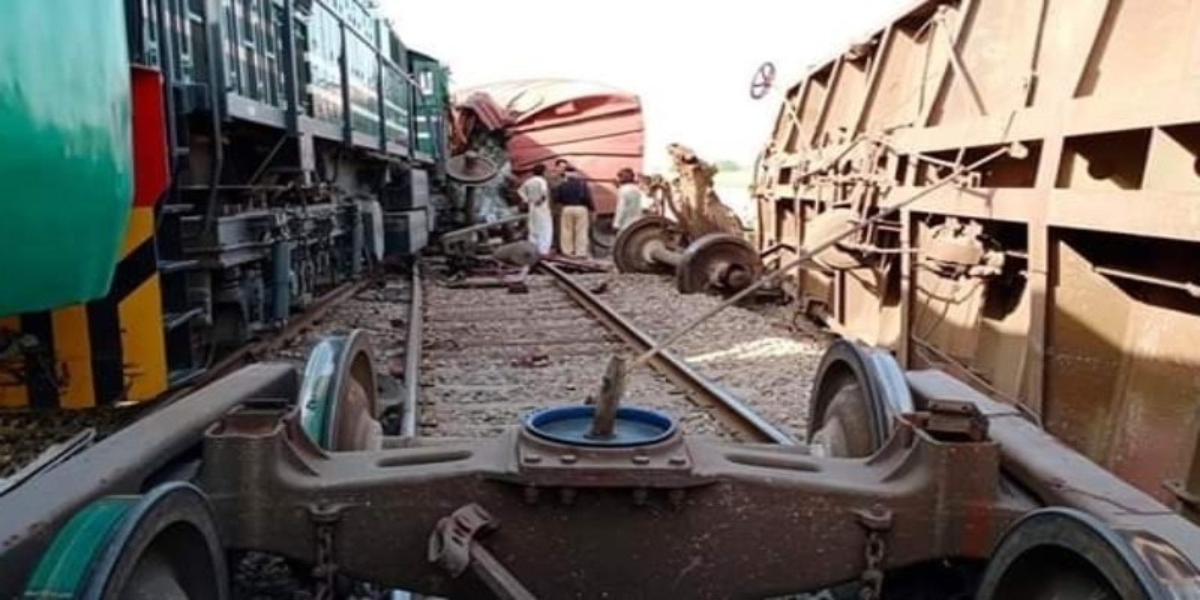 Shalimar Express collides with a freight train in Rahim Yar Khan