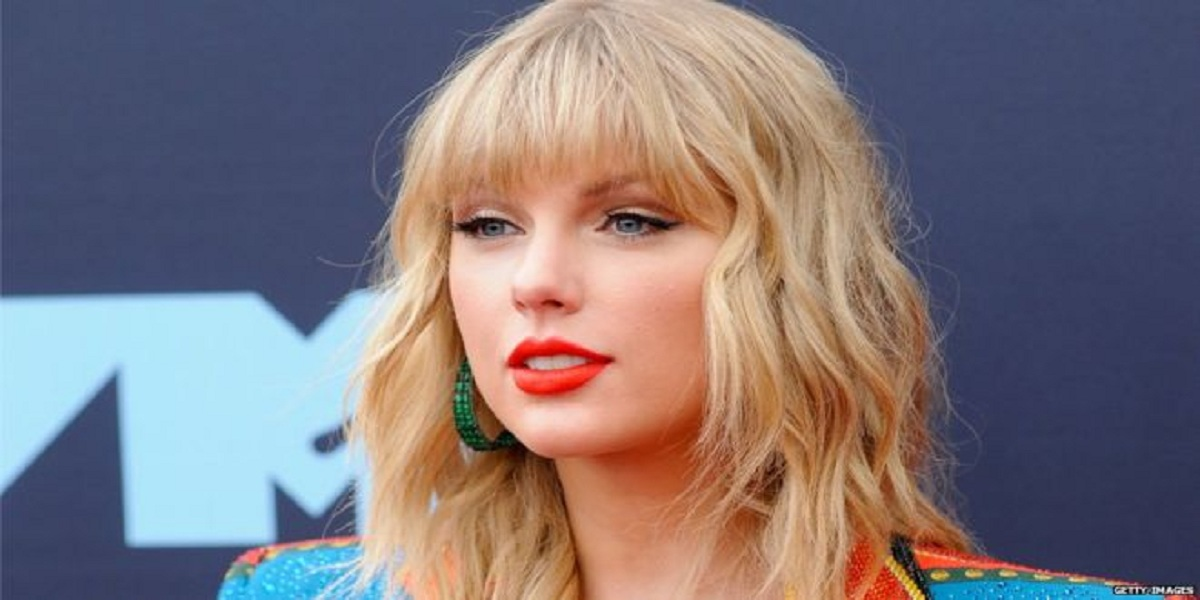 Taylor Swift donates £23,000 to help student take up degree