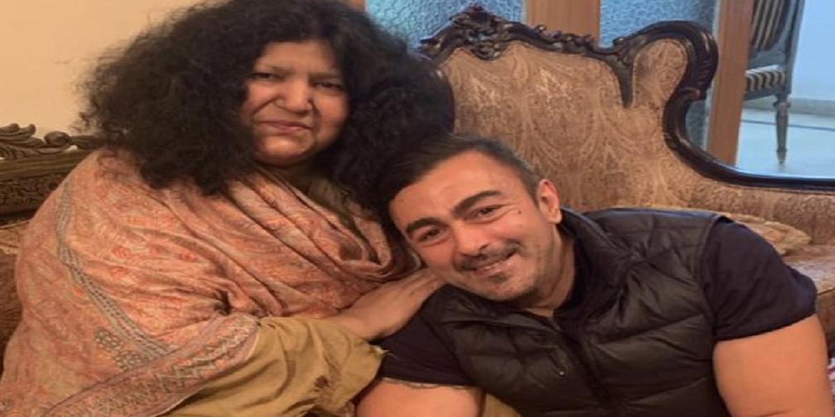 Shaan Shahid congratulates Abida Parveen as she achieves Nishan-e-Imtiaz