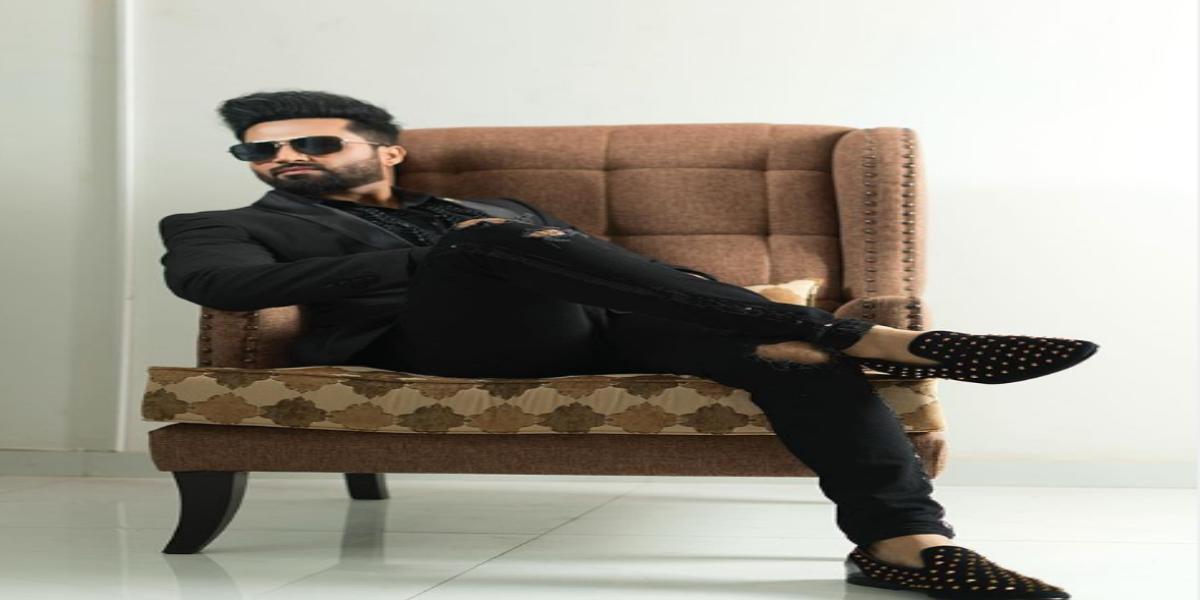 Falak Shabir looks breathtaking in all black suit