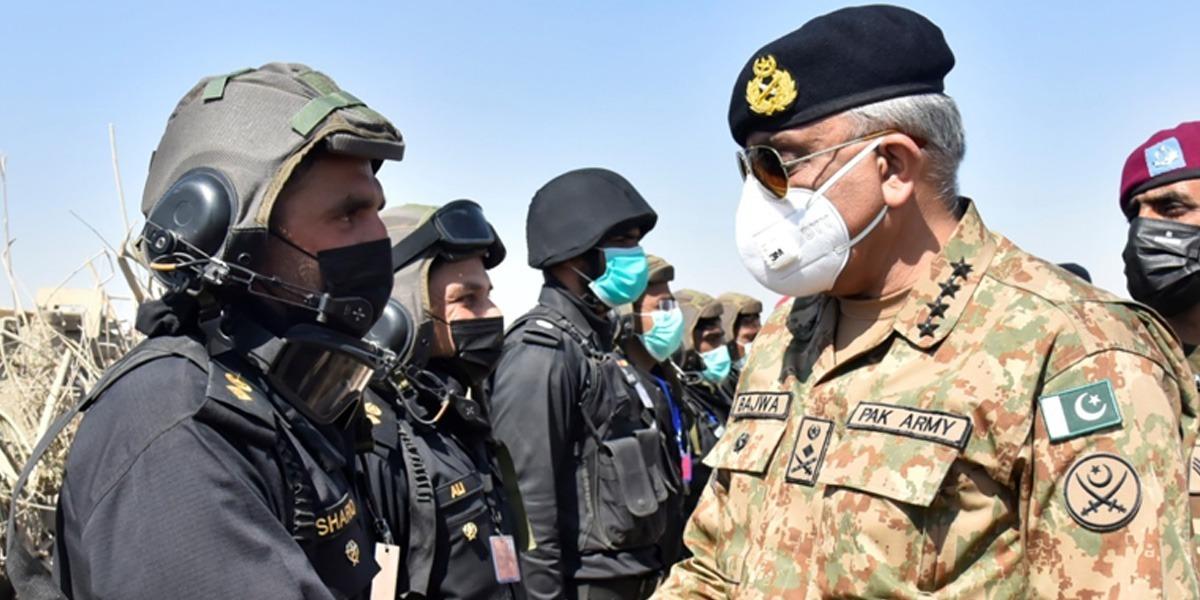 COAS Visits Field Training Area In Cholistan Desert
