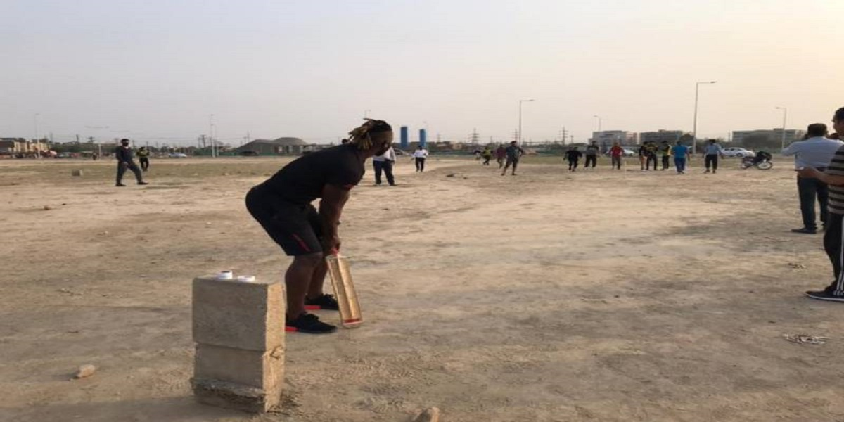 Darren Sammy plays cricket with youngsters in Lahore, watch video