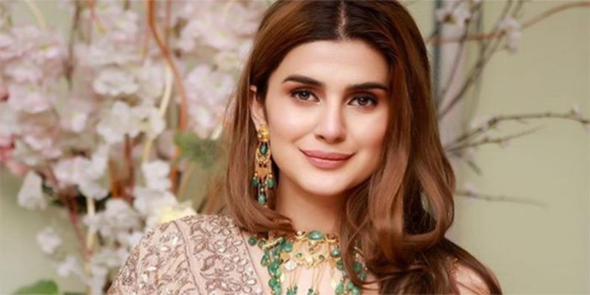 Netizens Criticize actress Kubra Khan on her dressing