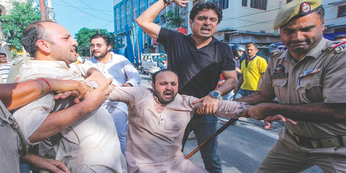Indian Police Clamp Down On Journalists Of Occupied Kashmir