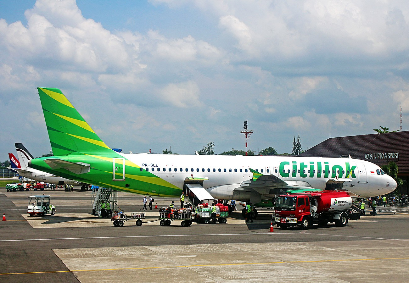 Man infected with COVID-19 poses as wife on Indonesian flight