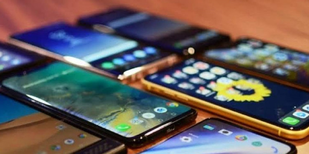 Local mobile manufactured in Pakistan exceeds imports: Razak Dawood