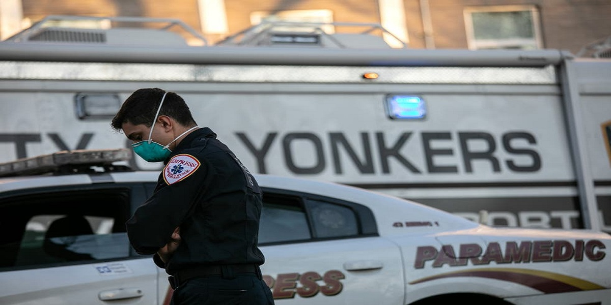 New York, man attempt suicide and kills the old man below
