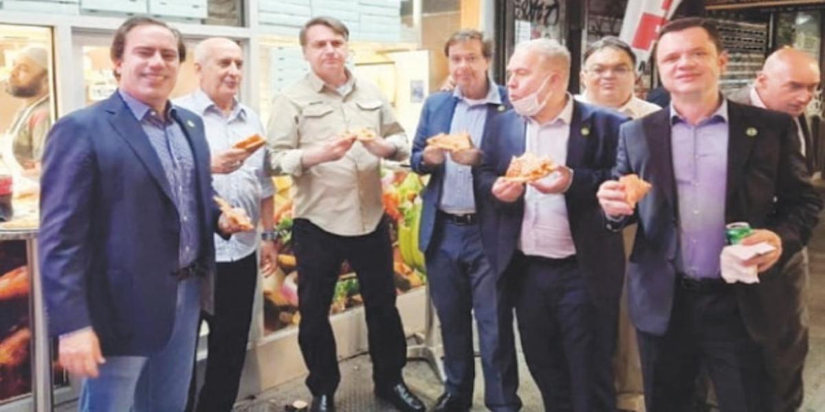 Unvaccinated Brazilian President eats pizza on New York sidewalk