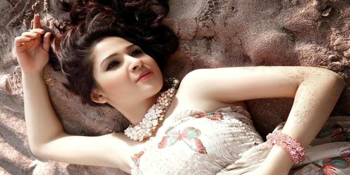 Ayesha Omar looks like a mermaid in her latest boomerang video