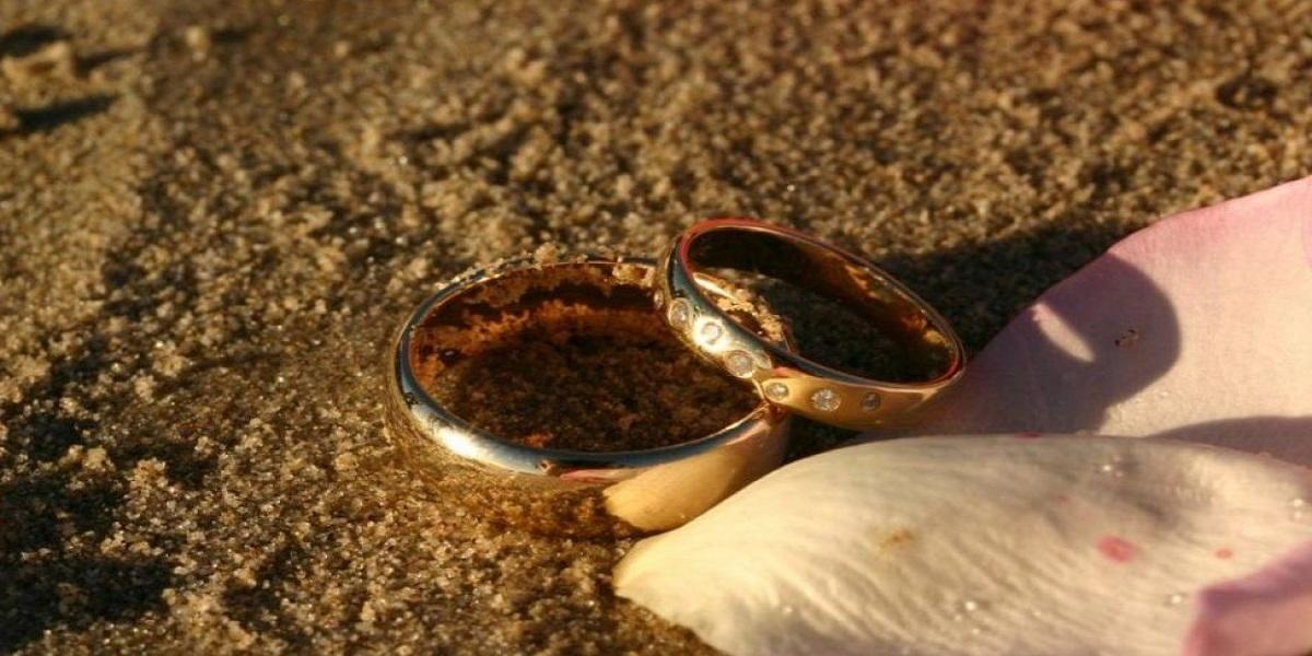 Snorkeler follows a squid to found a man's wedding ring