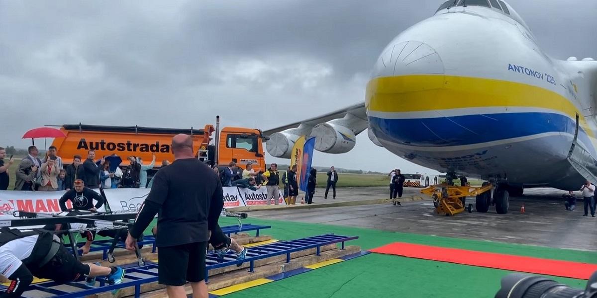 World's heaviest cargo jet pulled by Ukrainian strongmen