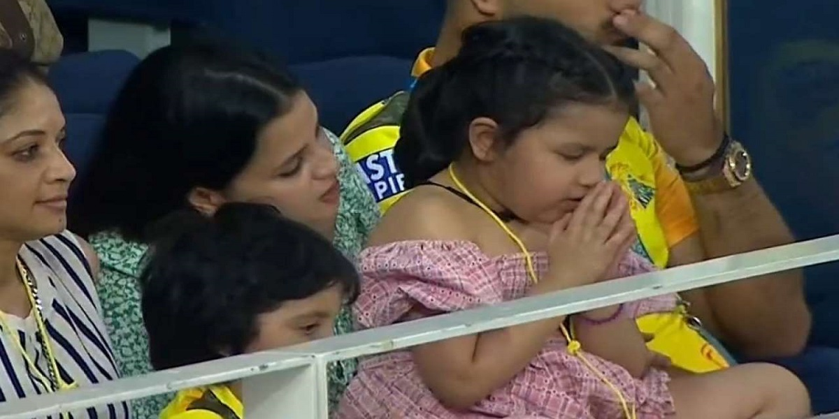 Adorable picture of MS Dhoni's daughter Ziva, 'praying for Papa's team'