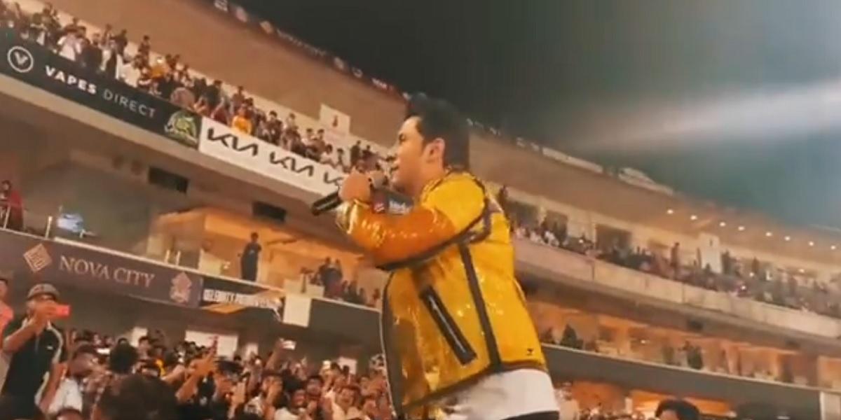 Ali Zafar sings 'Larsha Pekhawar' song at Pindi Stadium, Watch Video