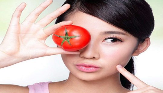 Green tea and tomato face scrub can help you clear up your oily skin